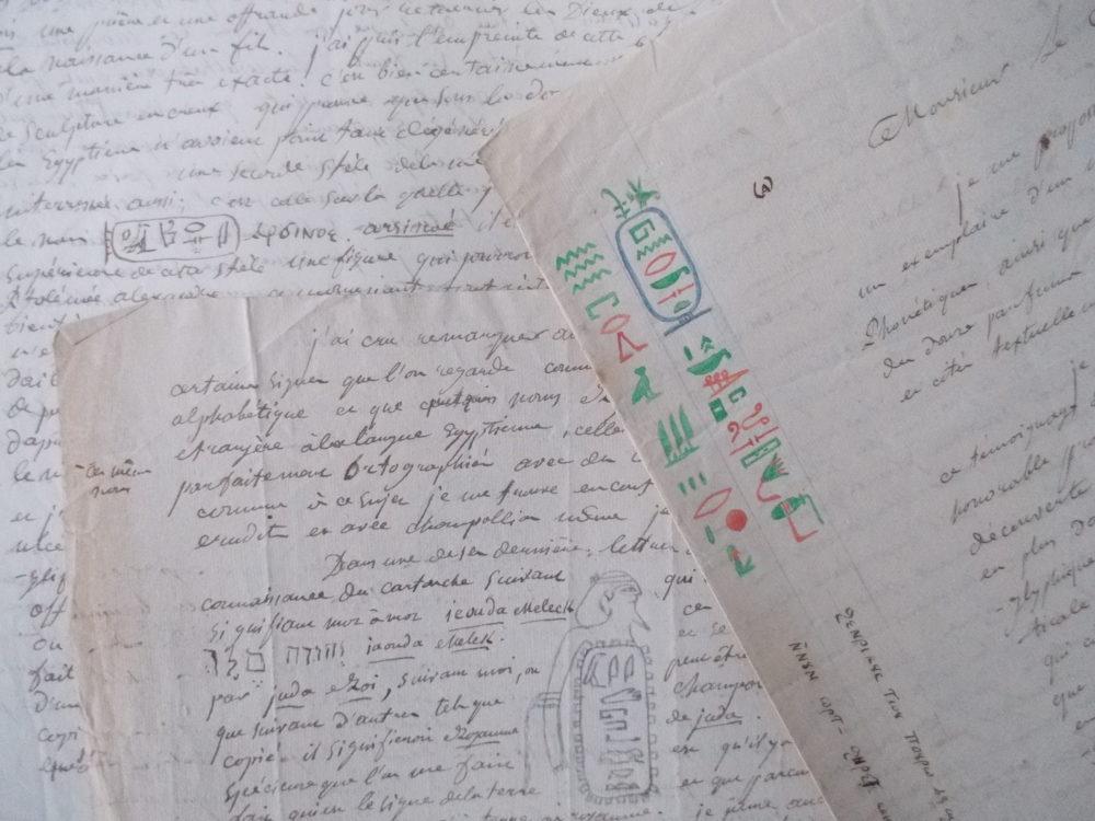 courriers parsemés d'hiéroglyphes et d'inscriptins coptes